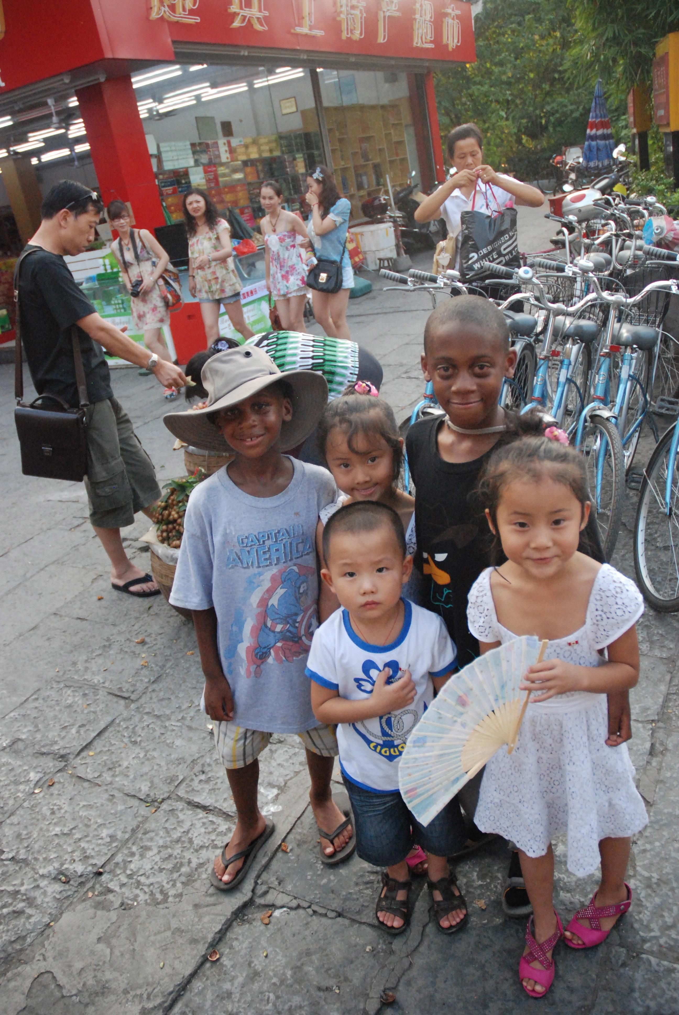kids in Yangshuo